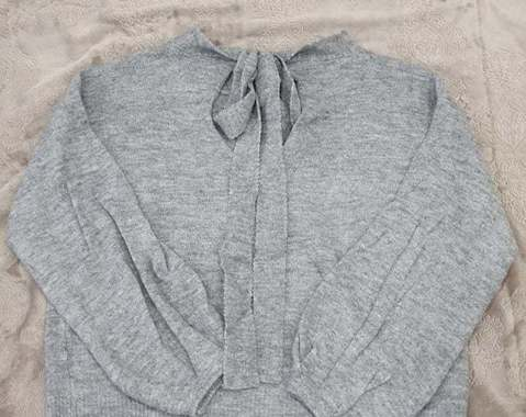 Pull gris avec noeud